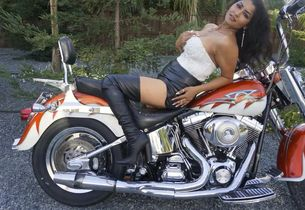 Luxurious Bhabi gets nude on Bike